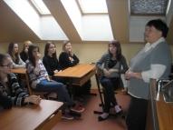 Vecmāte Iveta Reķe runā ar meitenēm